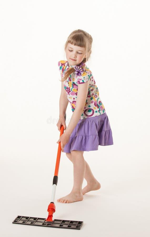 Ładny mała dziewczynka uczenie trzymać mop obraz stock