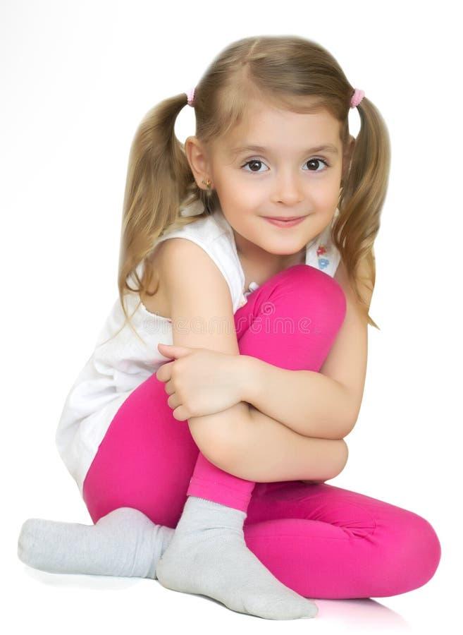 Download Ładny Małej Dziewczynki Obsiadanie Odosobniony Zdjęcie Stock - Obraz złożonej z piękno, dzieciak: 53788294