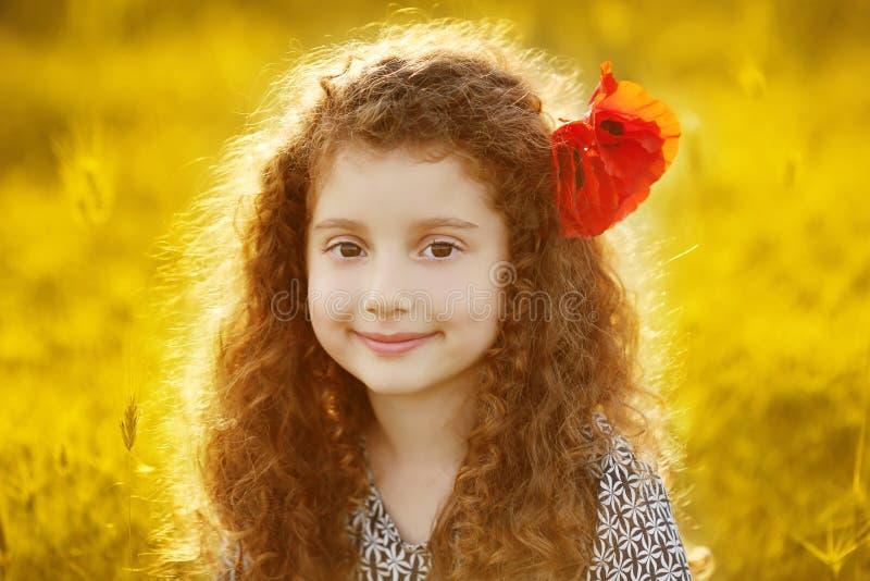 Ładny małej dziewczynki outdoors portret z kędzierzawym włosy w kolorze żółtym f zdjęcie stock