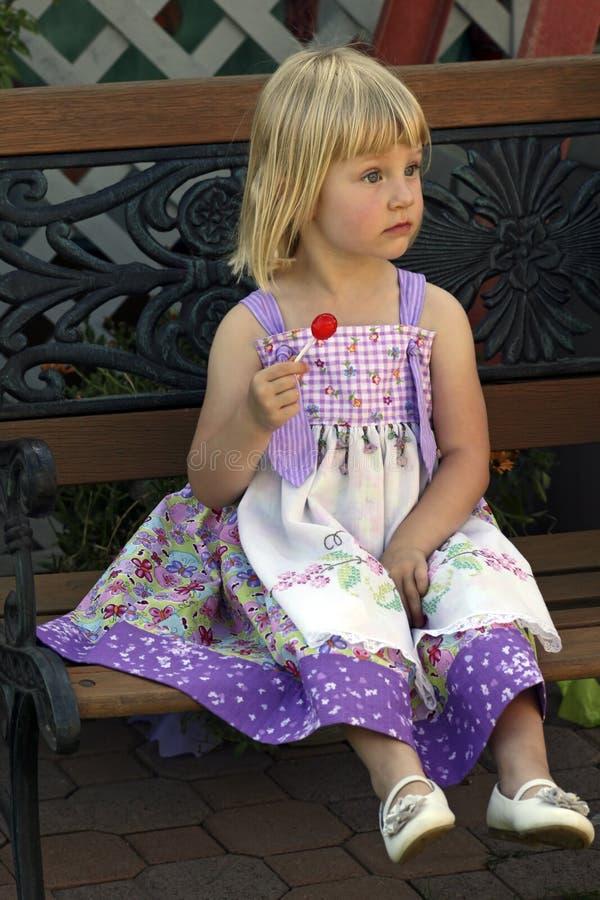 ładny mały dziewczyna lizak fotografia royalty free