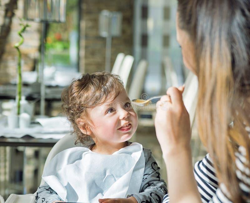 Ładny macierzysty karmienie jej uroczy dziecko fotografia royalty free