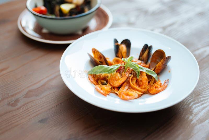 Ładny naczynie z makaronem i owoce morza w pomidorowym kumberlandzie zdjęcia royalty free