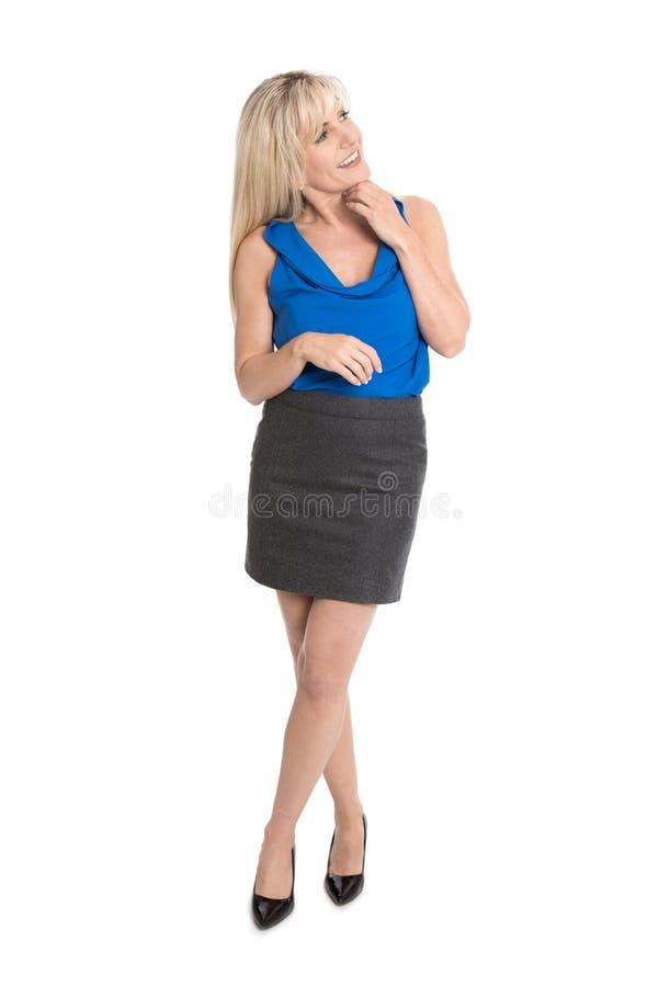 Ładny odosobniony bizneswoman uśmiechnięty i patrzeje satysfakcjonującą stronę obrazy stock
