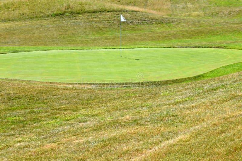 Ładny pole golfowe na pogodnym letnim dniu Dziura z flaga Popularny plenerowy sport obrazy stock