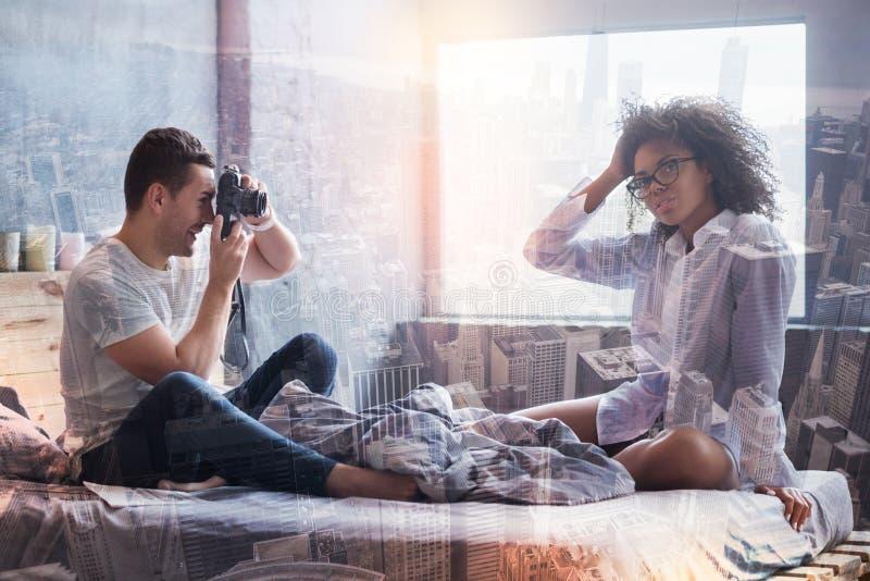 Ładny przyjemny mężczyzna bierze fotografię obraz stock