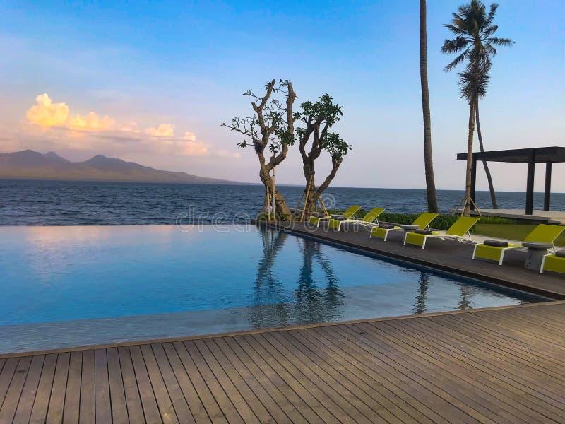 Ładny relaksuje miejsce wydawać kokosowego drzewa i zielenieć krzesło plażę wakacje i miesiąca miodowego zdjęcia royalty free