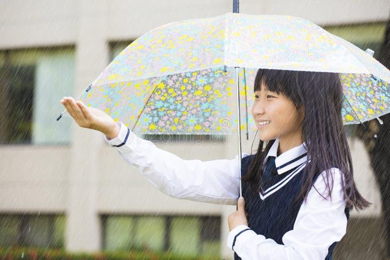 Ładny studencki dziewczyny mienia parasol w deszczu fotografia royalty free