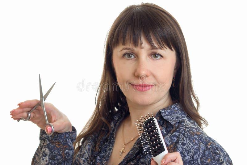 Ładny stylista z narzędziem w rękach pozuje na kamerze w studiu zdjęcia royalty free