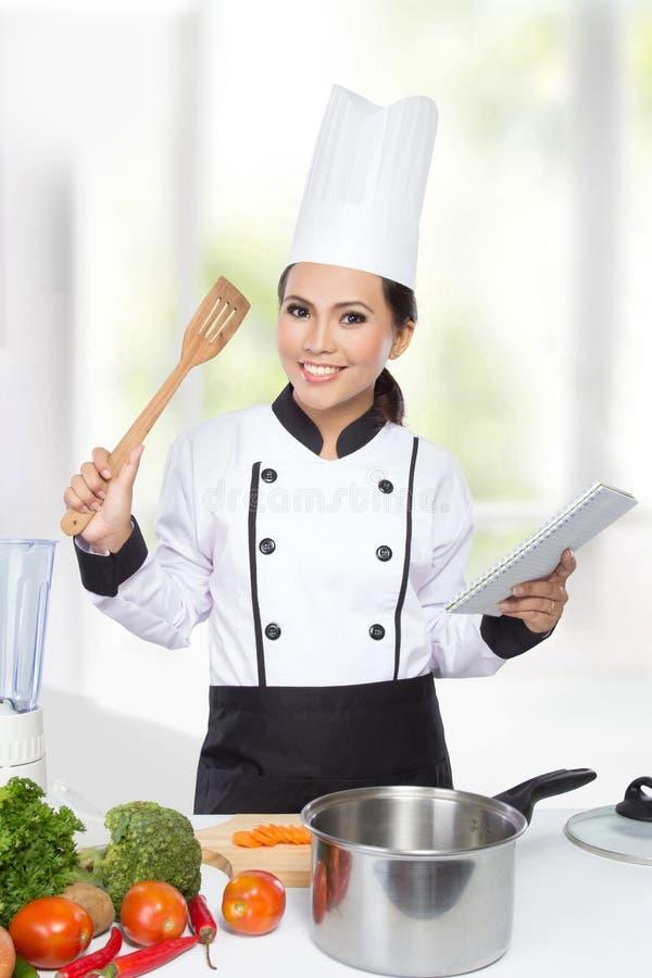 Ładny szef kuchni kobiety kucharstwo obrazy royalty free