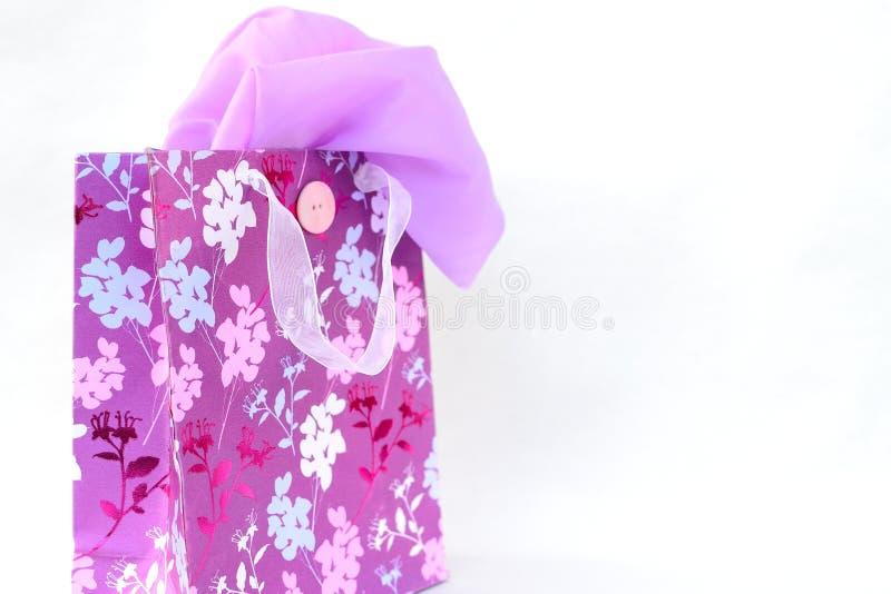 ładny torba na zakupy z szalikiem fotografia stock