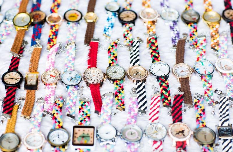 Ładny układ wiele kolorowi zegarki na białej powierzchni zdjęcia stock
