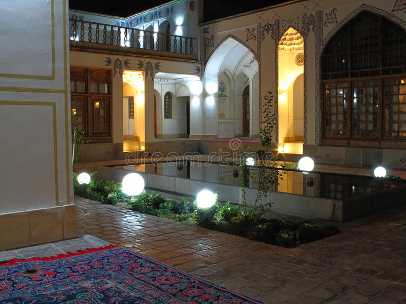 Ładny wieczór w Dziejowym budynku zdjęcie stock