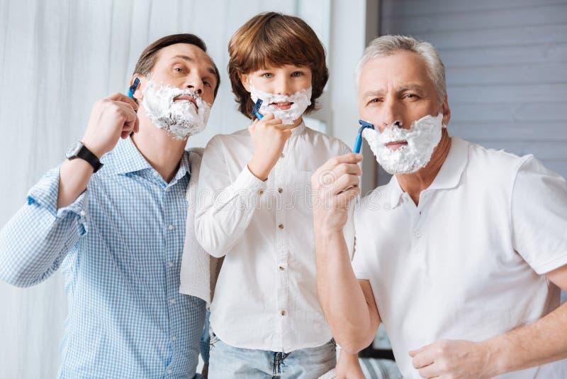 Ładny zadowolony rodzinny golić wpólnie obraz royalty free