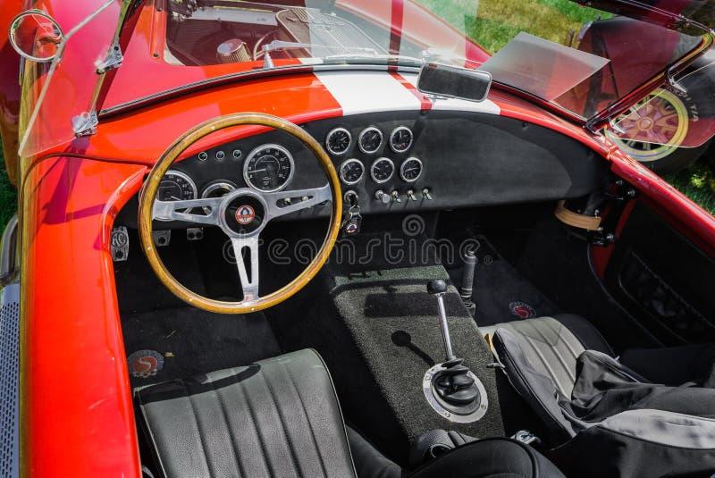 Ładny zadziwiający zbliżenie widok klasyczny rocznika sportowego samochodu instrumentu panel i junakowanie obraz royalty free
