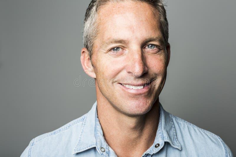 Ładny zbliżenie portret uśmiechnięty mężczyzna obraz stock