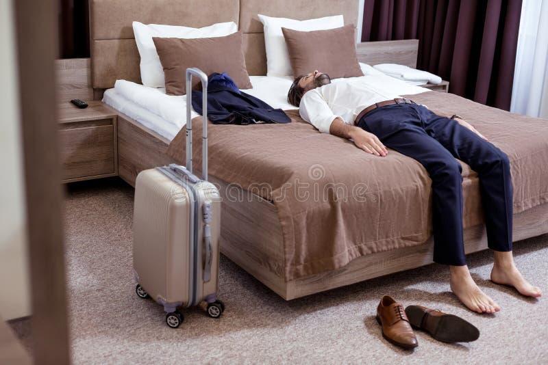 Ładny zmęczony przystojny mężczyzny lying on the beach na łóżku fotografia stock