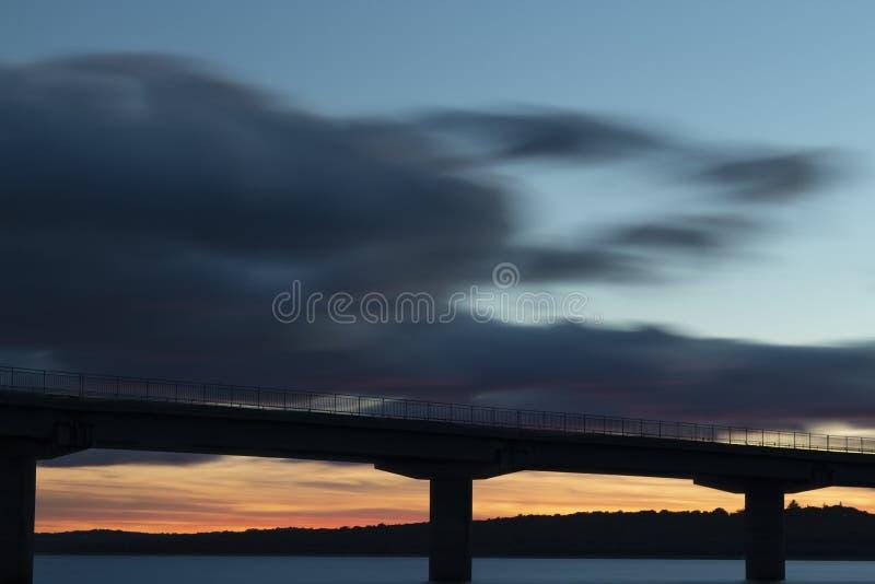 Ładny zmierzch po wiaduktu krzyżuje nad jeziorem zdjęcie royalty free