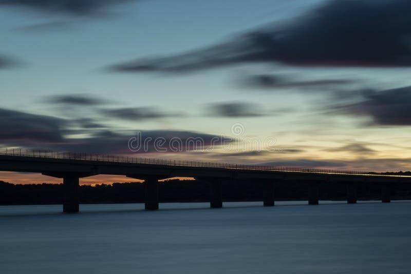 Ładny zmierzch po wiaduktu krzyżuje nad jeziorem zdjęcie stock