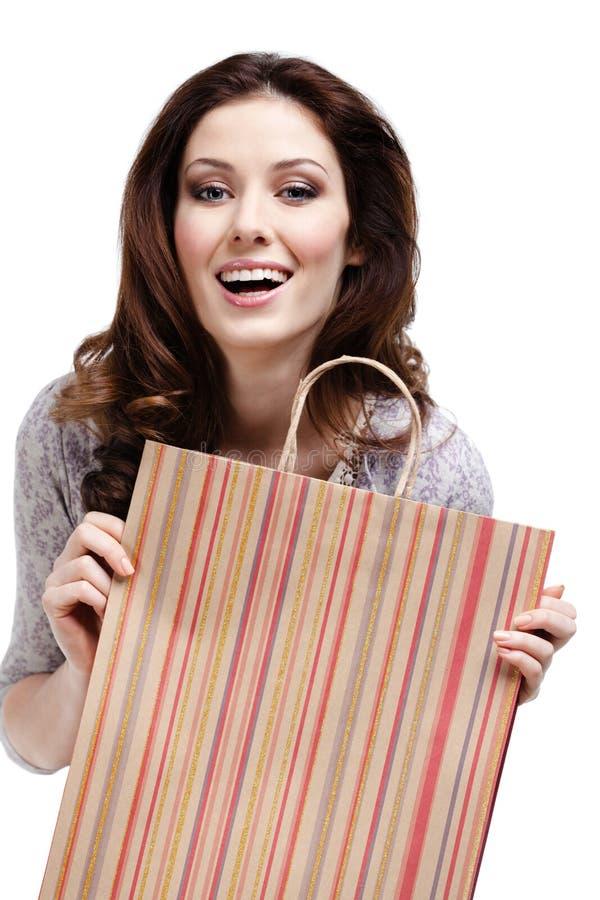 Ładnych kobiet utrzymań prezenta papierowa torba fotografia royalty free