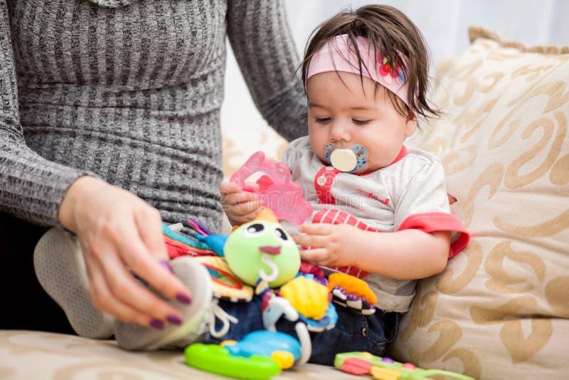 Ładnych potomstw macierzysty bawić się z jej dzieckiem w pokoju obraz royalty free