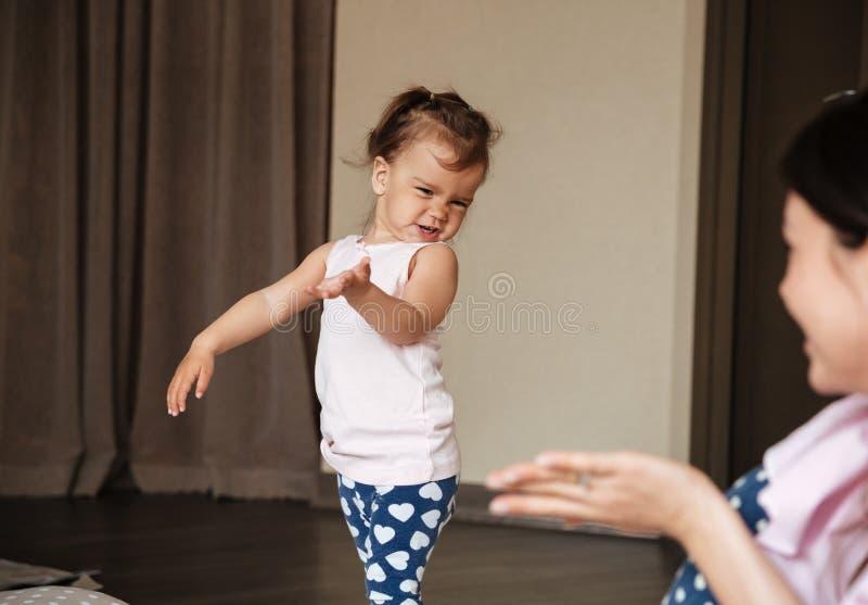 Ładnych potomstw macierzysty opowiadać z jej małą córką obraz royalty free