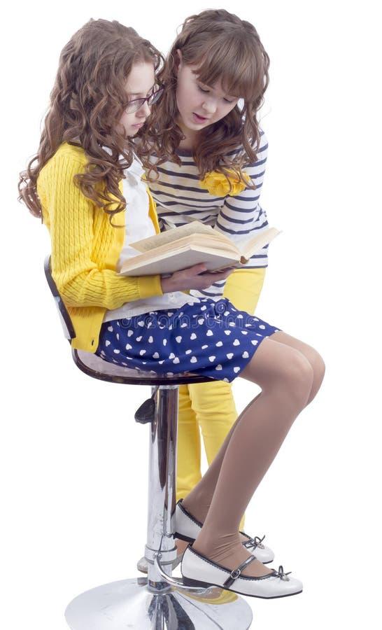 Ładnych uczennic czytelnicza książka zdjęcie royalty free