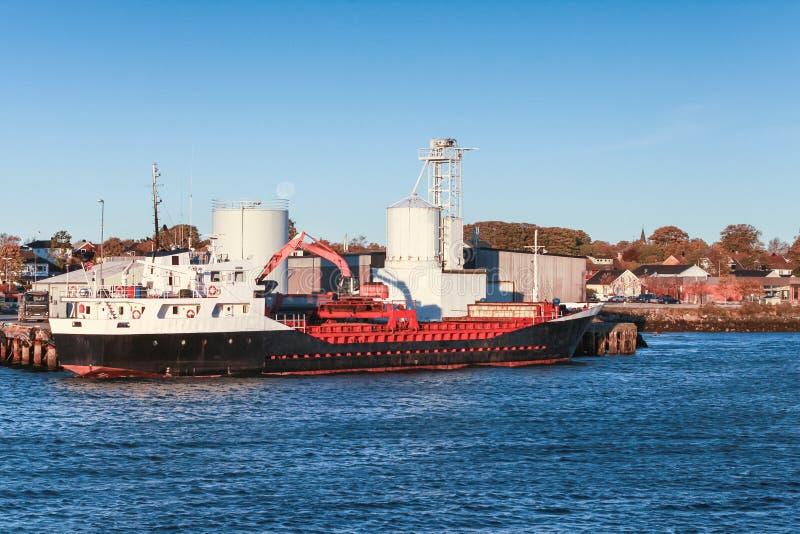 Ładować ładunku statek w porcie Brekstad obrazy royalty free