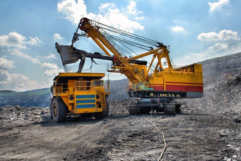 Ładować ruda żelaza na bardzo dużej ciało ciężarówce fotografia royalty free
