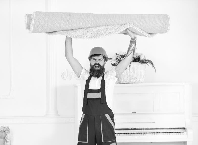 Ładowacz zawijał dywan w rolkę Przenosić pojęcie Kurier dostarcza meble w przypadku rusza się out, przeniesienie człowieku obraz royalty free