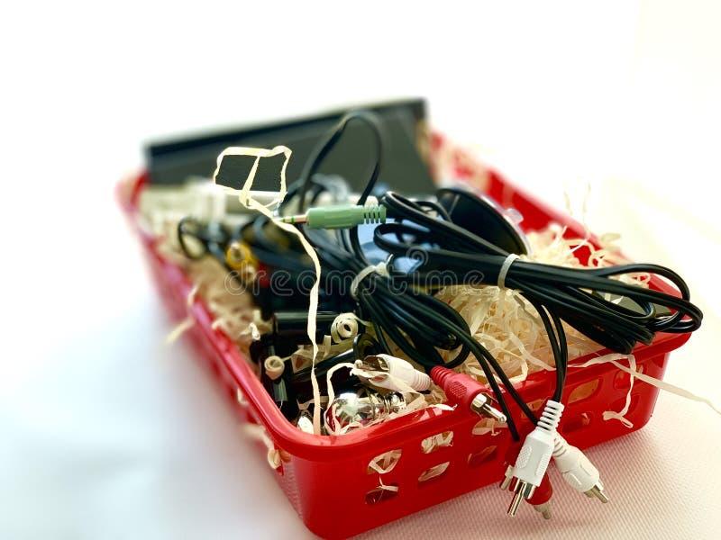Ładowarka set, słuchawki, hełmofony, czerwieni pudełko na białym tle, fotografia royalty free