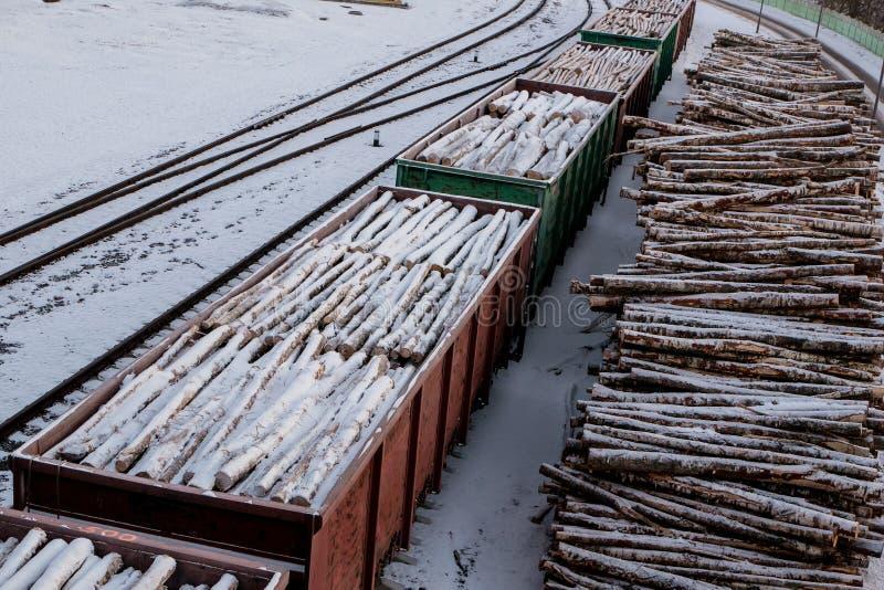 Ładowni furgony Stos drewno miejski krajobrazu zdjęcia stock