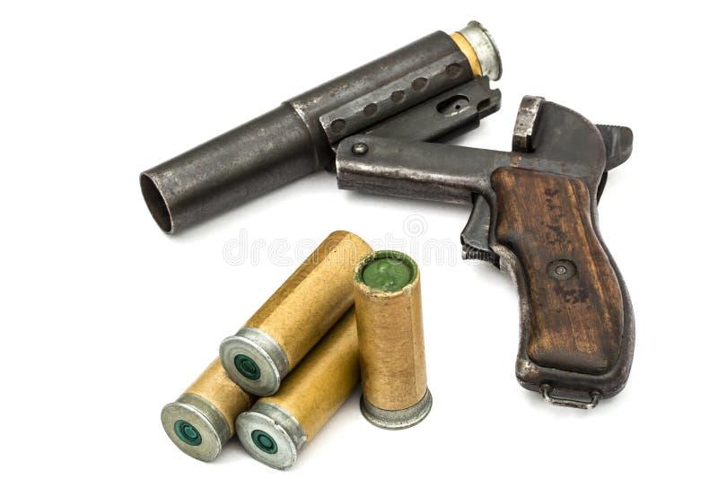Ładownica wkłada w lufowego racy pistolet, odosobnionego zdjęcie royalty free