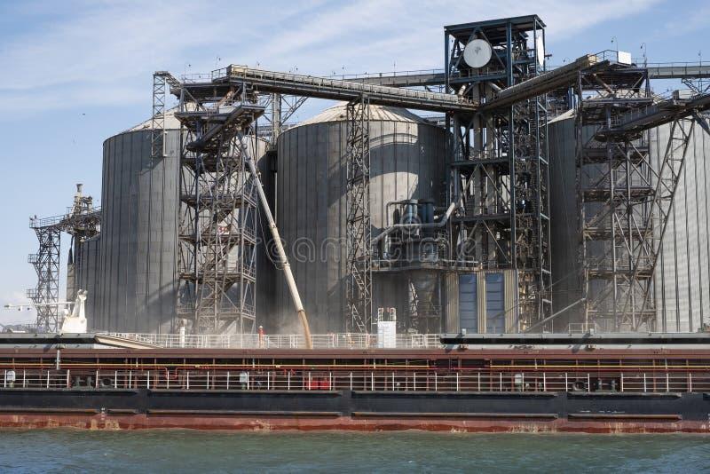 Ładownicza adra na statku w porcie Widok od rzeki portowa infrastruktura, zbożowi składowi terminale obrazy stock
