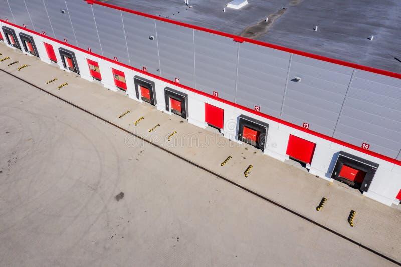 Ładownicza zatoka, przemysłowy budynek, logistyka - widok z lotu ptaka obrazy stock