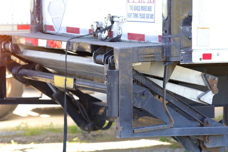 Ładowniczej rampy ciężarówki chodzenie obraz stock