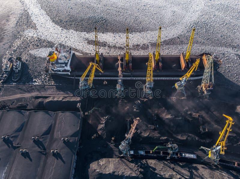 Ładowniczy coalmining w porcie na ładunku tankowa statku z dźwigowym wiadrem pociąg Powietrzny odg?rny widok zdjęcia royalty free