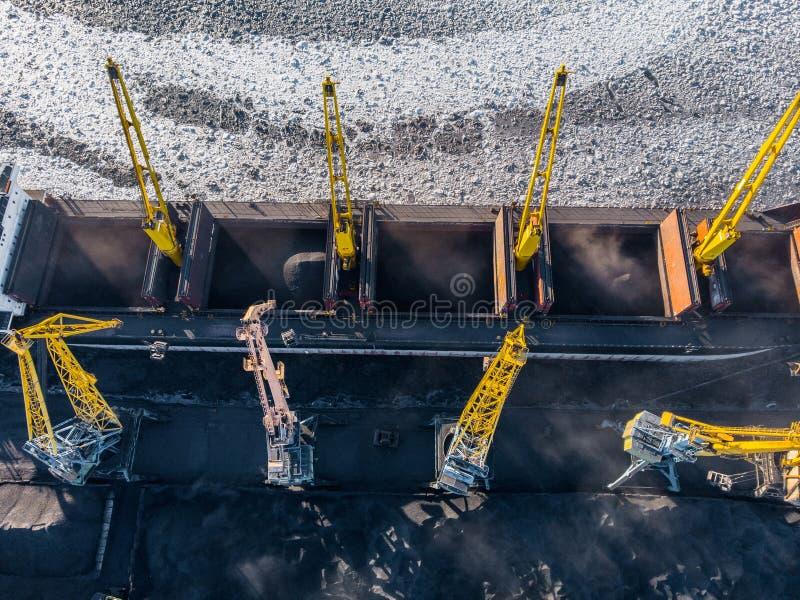 Ładowniczy coalmining w porcie na ładunku tankowa statku z dźwigowym wiadrem pociąg Powietrzny odg?rny widok fotografia royalty free