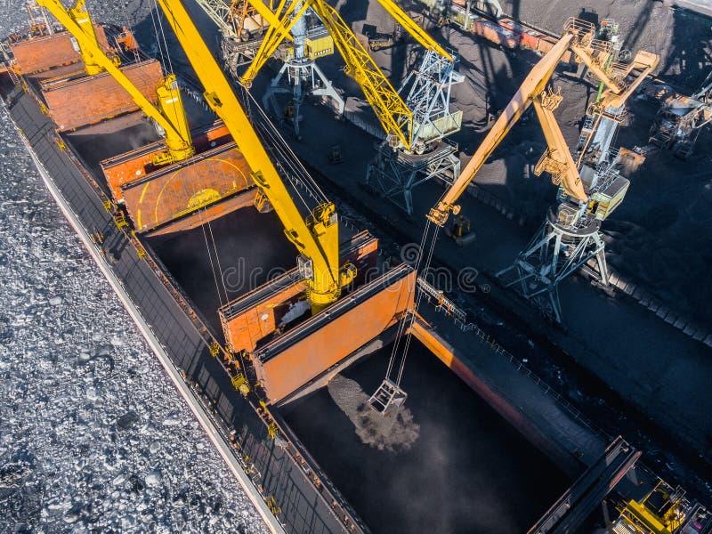 Ładowniczy coalmining w porcie na ładunku tankowa statku z dźwigowym wiadrem pociąg Powietrzny odg?rny widok zdjęcia stock