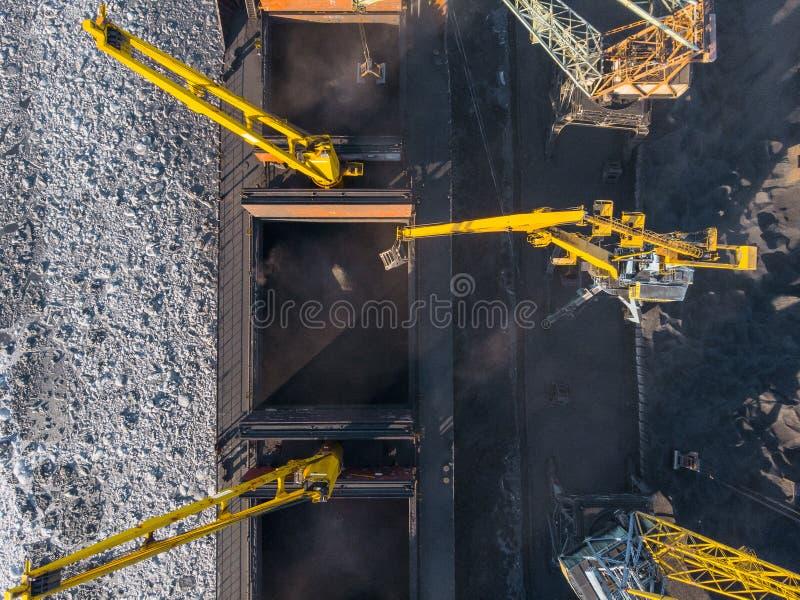 Ładowniczy coalmining w porcie na ładunku tankowa statku z dźwigowym wiadrem pociąg Powietrzny odg?rny widok obraz stock