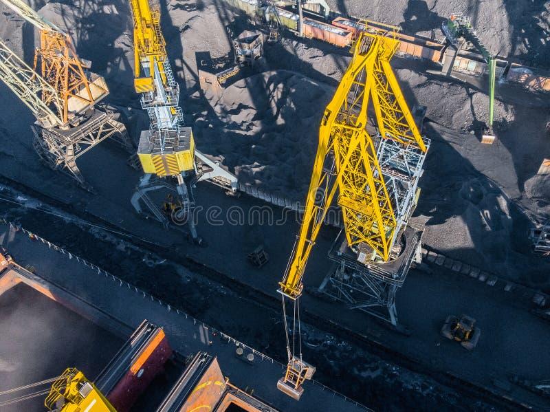 Ładowniczy coalmining w porcie na ładunku tankowa statku z dźwigowym wiadrem pociąg Powietrzny odg?rny widok obraz royalty free