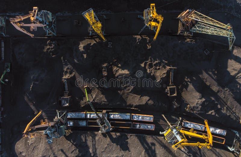 Ładowniczy coalmining w porcie na ładunku tankowa statku z dźwigowym wiadrem pociąg Powietrzny odg?rny widok obrazy stock