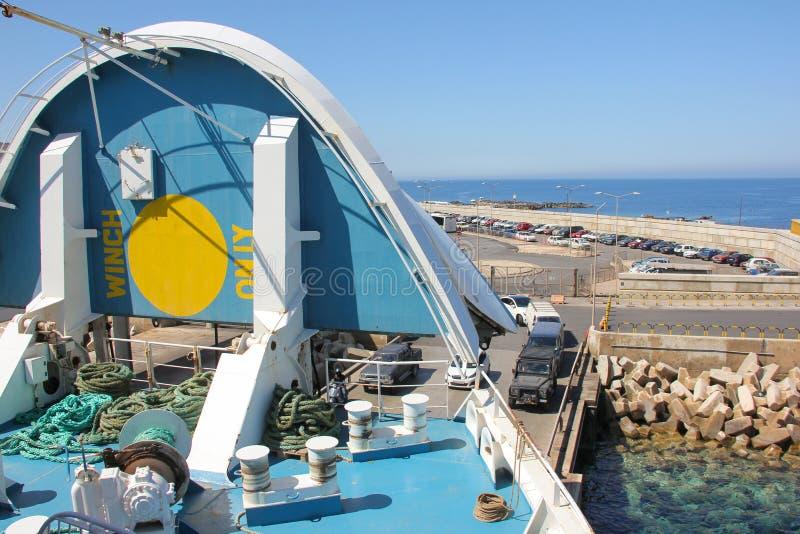 Ładowniczy samochody na promu przez otwartego nosa statek obraz royalty free