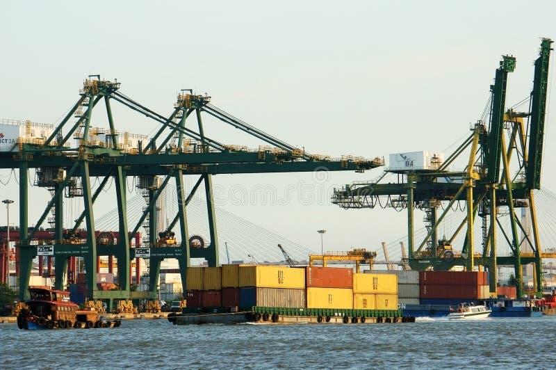 Ładowniczy zbiornik przy portem, morski transport fotografia royalty free