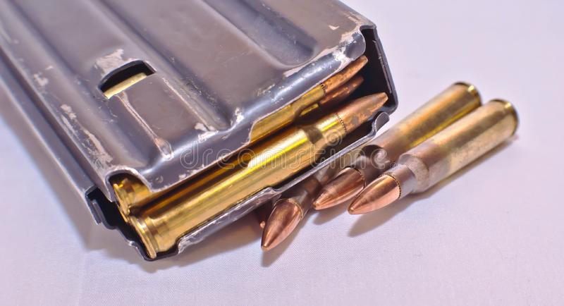 Ładowny AR-15 karabinowy magazyn na górze cztery 223 kaliberu pociska zdjęcia royalty free