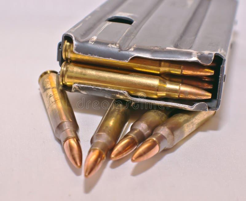 Ładowny AR-15 karabinowy magazyn na górze cztery 223 kaliberu pociska obraz royalty free