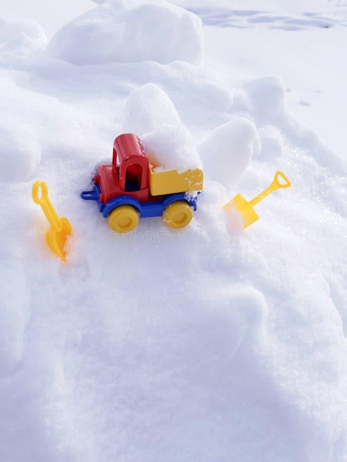 Ładująca jaskrawa klingeryt zabawki samochodu ciężarówka, dzieci ostrza w śniegu w naturalnym środowisku pojęcie zimna śnieżna wy obraz royalty free