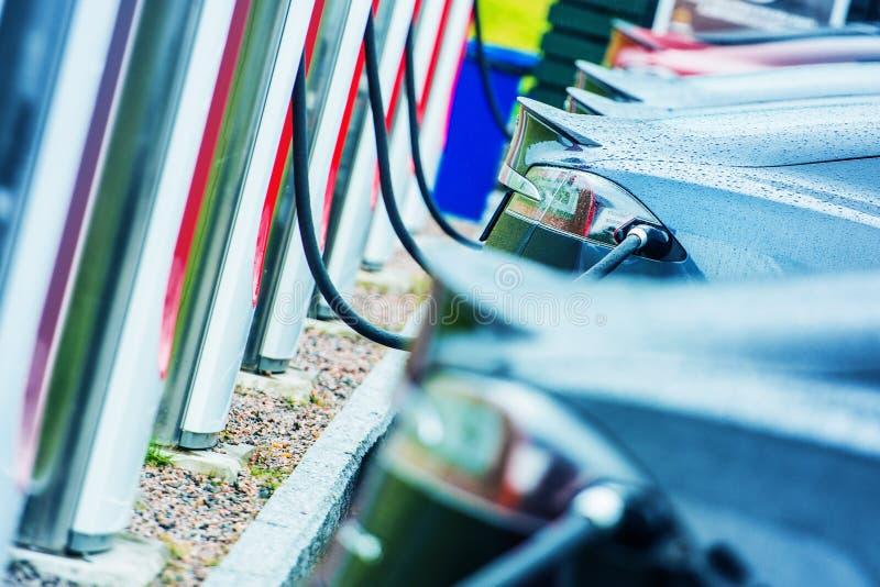 Ładuje elektryczni pojazdy zdjęcie royalty free