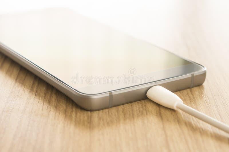 Ładuje mobilni smartphones obraz stock