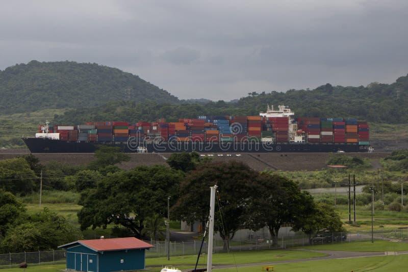 ?adunek Przechodzi Przez Panamskiego kana?u na Masywnym zbiornika statku obraz royalty free