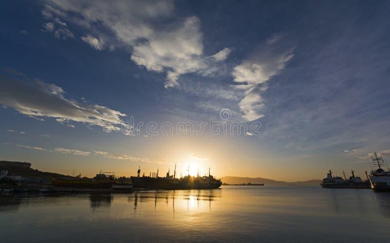 Ładunków statków sylwetki przy wschodem słońca fotografia stock